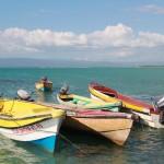 Žvejų laiveliai, kurie transpotuoja turistus nuo kranto iki saleliu, Pelican Bar'o, Lime Cay ir t.t.